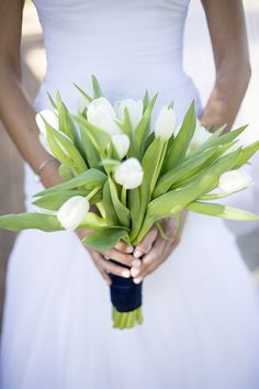 White tulip bouquet | SouthBound Bride www.southboundbride.com/sweetly-sophisticated-wedding-lozanne-jurgens Credit: Christine le Roux