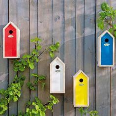 Vrolijke vogelhuisjes, hang ze op in verschillende kleuren en op diverse hoogtes en je schutting is in één klap gezellig.  #schutting #vogelhuisje #intratuin #buiten #tuin