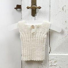 Strikk til baby - undertrøye av myk merinoull babygarn Baby Patterns, Knitting Patterns Free, Knit Patterns, Free Knitting, Baby Knitting, Sewing Patterns, Chrochet, Knit Crochet, Hobbies And Crafts