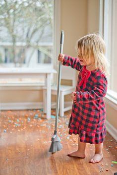 Klusjes in het huishouden doen is iets wat in vrijwel alle gezinnen voor komt. Het kan de kinderen verantwoordelijkheid leren en het scheelt de ouders wat werk als kinderen met bepaalde taken helpen. Maar welke klusjes en taken zijn wel en welke zijn niet geschikt voor kinderen? In dit artikel