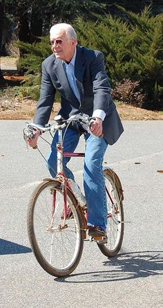President Jimmy Carter riding a bike. Former President Jimmy Carter on a bike is a familiar sight in his hometown of Plains, Georgia. He frequently rides to breakfast at his favorite restaurant. Jimmy Carter, American Presidents, Us Presidents, American History, Tricycle, Tandem, Brad Pitt, Carter Family, Bike Style