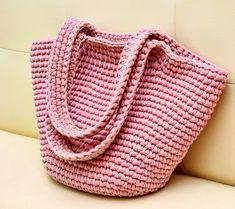 Creative Bag T Shirt Yarn Knitted Bags Olsen Purses And Bags Finger Knitting Crochet Yarn Creations Crochet Projects Mode Crochet, Crochet Yarn, Knitting Yarn, Crotchet Bags, Knitted Bags, Crochet Designs, Crochet Patterns, Creative Bag, Yarn Bag