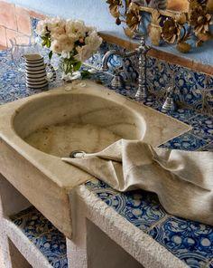 baño con antiguo azulejo azul