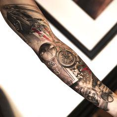 idée de tatouage bras complet pour homme aux accents rouges