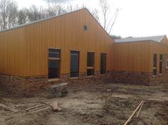 Mooie gevelbekleding Herlaarhof, geleverd door Koninklijke Dekker Shed, Outdoor Structures, Doors, Projects, Beautiful, Log Projects, Backyard Sheds, Coops, Barns