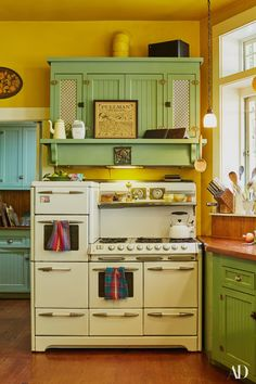 Are you looking for a unique kitchen design retro style? With these simple steps you will be on your way to having a kitchen design that is distinct from all… Continue Reading → Kitchen Stove, Old Kitchen, Country Kitchen, 1930s Kitchen, Rustic Kitchen, Kitchen Ideas, Cottage Kitchens, Home Kitchens, Retro Kitchens