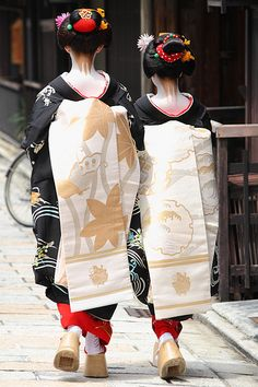 Maiko-han, Kyoto, Japan My Dad was in the Air Force and we lived in Japan for 3 years Japanese Geisha, Japanese Beauty, Japanese Kimono, Look Kimono, Judo, Kimono Japan, Japanese Aesthetic, Japanese Embroidery, Bronze