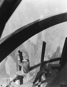 Man on girders, Empire State Building - 1931 - Photo by Lewis Hine - Collection of George Eastman House, Rochester Empire State Building, Winterthur, Vintage Photography, Street Photography, White Photography, Lewis Wickes Hine, Eastman House, Hand Photo, Vintage New York
