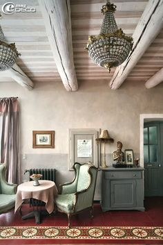 With its floors in tiles of colored cement composing sumptuous carpets, its soft whitewashes, its Provençal ceilings, its little bistro with old zinc, the pretext of memories, time itself flows through the charming guest house, « Justin de Provence », like being in the home of friends.