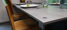 Mit industriellem Look - zeitloser Form - schlichter Farbgebung fügt sich dieser Tisch in jedes puristische Esszimmer ein und zieht alle Blicke auf sich. eat+ ist unser Beton Esstisch mit 3cm starker Betontischplatte und Tischbeinen aus 1,5 cm starken Flachstahl. Die Tischplatte hat eine glatte und fast porenfreie, wasserabweisende Oberfläche.