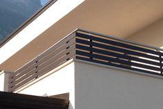 Ringhiera Moderna Balcone Ringhiera In Ferro Moderna Veranda Railing, Glass Balcony Railing, Balcony Railing Design, Iron Balcony, Balcony House, Indoor Balcony, Steel Stair Railing, Steel Railing Design, Staircase Handrail