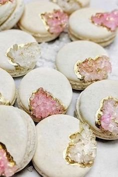 ❤ // These macarons are so chic! ✨💖Perfect for your bridal shower or wedding! Macarons b Bridal Shower Desserts, Wedding Desserts, Bridal Showers, Wedding Cakes, Wedding Favours, Wedding Gifts, Macaroon Recipes, Dessert Recipes, Dessert Ideas For Party