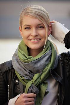 Schal aus feinstem Loden aus 100% Merinowolle. Das Schultertuch besticht durch ein angenehmes Tragegefühl. Das Dreieckstuch ist personalisierbar durch ein individuelles Monogramm und somit ein perfektes Geschenk. Passend zum modernen Outfit und zu Dirndl und Tracht.----- Shawl made from finest loden from 100% merinowool.  Scarf, shoulder scarf. Suitable to modern outfits and traditional clothes like dirndl. Perfect personalised Gift. #scarf #austriandesign #merinowool Moderne Outfits, Minimal, Casual Outfits, Gift Ideas, Gifts, Fashion, Special Gift For Boyfriend, Confident Woman, Dyeing Yarn