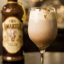 Amarula Drink, Fika, Refreshing Drinks, Something Sweet, Milkshake, Food Inspiration, Cocoa, Cravings, Wine Glass