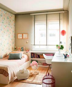 Dormitorio infantil con papel pintado en una de las paredes, escritorio a medida con silla Eames que hace L transformándose en cabecero con estantería