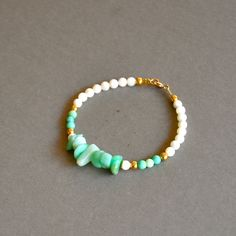 """Bracelet fantaisie pièce unique """"Elia"""" pierres et perles plaquées or : Bracelet par kanakeis"""