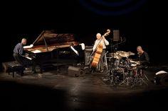 """Fundado en 1983 para realizar """"un ejercicio de memoria que aborrece la nostalgia"""", el Standard Trio supuso un sendero creativo sin retorno, un abandono al regocijo y a la perfección expresiva, en suma, a la plenitud del discurso."""
