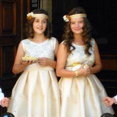 Buenos días! !! Niñas de arras con cintas de sinamay y flores naturales!! #tocados #niñasarras #tocadoskids #bodas #wedding #invitadaOyC #headpieces