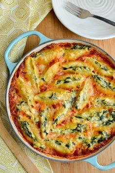 Everyone will love these Syn Free Ricotta and Spinach Stuffed Pasta Shells - mouthwatering delicious! Vegetarian, Slimming World and Weight Watchers friendly Slimming World Vegetarian Recipes, Slimming World Pasta, Slimming World Dinners, Slimming Eats, Quick Vegetarian Meals, Slimming Recipes, Vegetarian Cooking, Vegan Food, Vegan Dishes