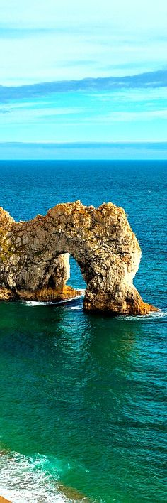 10.Durdle Dor, Dorset, Anglie Durdle Door (sometimes written Durdle Dor) is a natural limestone arch on the Jurassic Coast near Lulworth in Dorset, England. It is privately owned by the Welds, a family who owns 12,000 acres (50 km2) in Dorset in the name of the Lulworth Estate. It is open to the public. The …