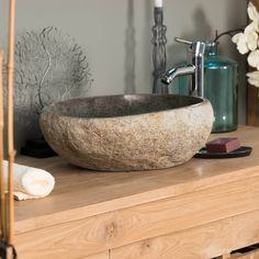 Offrez une ambiance relaxante et détendue dans votre salle de bain avec la vasque en pierre naturelle galet de rivière!