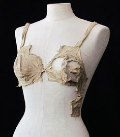 The oldest brassiere. This old school brassiere was used between 1390 and 1485 in Austria. Medieval Fashion, Medieval Dress, Medieval Clothing, Medieval Castle, Historical Costume, Historical Clothing, Old Bras, Vintage Outfits, Vintage Fashion