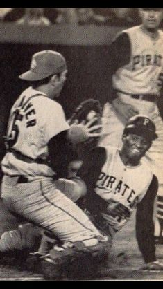 Tim McCarver blocks home plate vs. the Pirates' Roberto Clemente Pittsburgh Pirates Baseball, Pittsburgh Sports, Cardinals Baseball, St Louis Cardinals, Mlb Players, Baseball Players, Puerto Rico, Pirate Pictures, Puerto Rican Flag