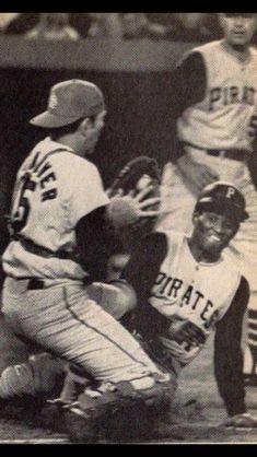 Tim McCarver blocks home plate vs. the Pirates' Roberto Clemente Pittsburgh Pirates Baseball, Pittsburgh Sports, Cardinals Baseball, St Louis Cardinals, Mlb Players, Baseball Players, Puerto Rico, Pirate Pictures, Roberto Clemente