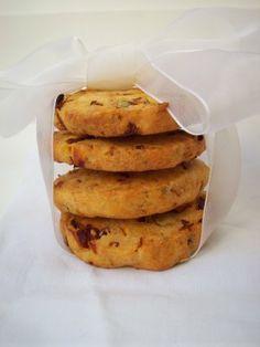 Biscotti salati al pomodoro, pecorino e pistacchi