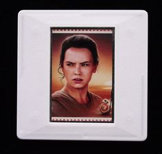 The Royal Mail released a set of special stamps featuring some of the characters, favourite droids, aliens and creatures of the Star Wars films. This 1st class stamp design shows Rey. Rey is the main protagonist of the sequel trilogy. The character appeared in The Force Awakens and The Last Jedi and will be seen (possibly finally) in The Rise of Skywalker. The character is played by Daisy Ridley in the movies. This handmade brooch is an eye-catching piece, ideal to wear at any Comic Con. Rey Star Wars, Star Wars Film, Presentation Cards, Daisy Ridley, Last Jedi, Royal Mail, Films, Movies, Design Show