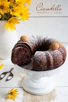 La ciambella amaretti e cacao è molto golosa! Un impasto soffice e umido con pezzetti di amaretti che danno ancora più gusto, per una colazione super!
