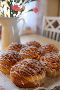 Marenkihuntu: Toffeepulla Cinnamon Rolls, Waffles, Food And Drink, Treats, Baking, Breakfast, Desserts, Recipes, Koti