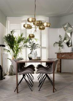 EETKAMER | Gezien bij Vt wonen weer verliefd op je huis. Onze Zuiver eetkamerstoel OMG in het grijs. Boven de tafel hangt onze prachtige lamp Gringo van Zuiver.