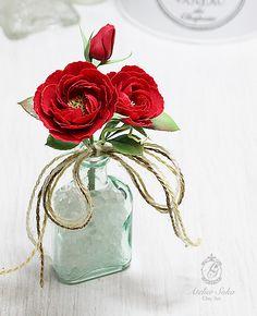 樹脂粘土モデナで久しぶりに真っ赤なバラを作りました。(*^_^*) バラの花言葉は色や形や本数で意味が変わるそうです。 たくさんありそうですね~♪【暮らしを彩るクレイアート】