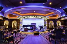 Transport yourself to prohibition-era Chicago in Jazz on 4. The Allure of the Seas jazz bar features soulful sounds in an intimate setting.