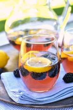 Lemon Blackberry Sangria: A delightful cocktail recipe for this summer with Brut sparkling wine. Mango Sangria, Blackberry Sangria, Sangria Drink, Cocktail Drinks, Fun Drinks, Beverages, Alcoholic Drinks, Red Sangria Recipes, Wine Recipes