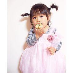 miyamotosora昨日の、お内裏様ドーナツをムシャムシャ☻  今日は、朝から、太陽の下でたくさん遊んだりしてたからか、久々に、夕飯を食べながらの寝落ち。(笑)  30分くらいで、なんとか起こしたけど(笑)、夜寝るかなー!?(o_o)(笑)最近、また、昼寝なしでも23時ぐらいに寝るようになって困る。(笑)  #2歳10ヶ月  #2歳9ヶ月  #ドレス #ドーナツ #寝落ち #体力モンスター