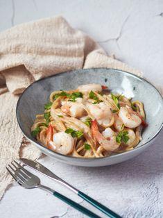 Mám pro vás další recept na omáčku k těstovinám. Na blogu jich najdete už tolik… a každá je trochu jiná. Skoro se až divím, kolik se jich dá vymyslet. Třeba klasika rajčatová, dýňová, papriková, květáková, avokádovo ricottová, tomatová s tuňákem nebo krevetami… no, když na blogu trochu pohledáte, najdete jich ještě daleko víc. Sýrovo krémová omáčka s krevetami je velmi jednoduchá a celkem i rychlá na přípravu, která by vám neměla zabrat déle než 30 minut. Ricotta, Red Peppers