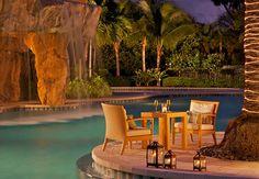 La piscina tipo laguna del hotel Turnberry Isle Miami es ideal para disfrutar de un trago o una cena en su viaje en pareja