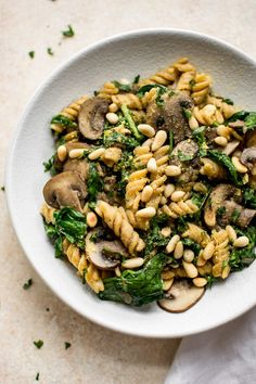 This healthy vegan spinach and mushroom pasta is quick and delicious comfort food dinner. Ready in about 20 minutes! This healthy vegan spinach and mushroom pasta is quick and delicious comfort food dinner. Ready in about 20 minutes! Vegetarian Recipes, Healthy Recipes, Veggie Pasta Recipes, Vegan Recipes Mushrooms, Delicious Healthy Food, Quick Pasta Recipes, Tasty, Vegan Dinner Recipes, Spinach Stuffed Mushrooms