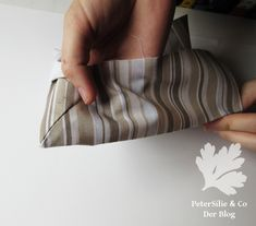Die perfekte Tischtuchecke mit verschieden breiten Nahtzugaben – PeterSilie & Co Sewing, Bags, Baby Steps, Step By Step Instructions, Sew Dress, Random Stuff, Parsley, Tutorials, Crafting