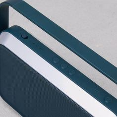 Emily speaker bluetooth colore blu, con una maniglia comoda come supporto e trasporto. Il design dell'altoparlante ricorda una radio retrò.