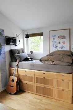 idee deco chambre garcon, sol en parquet clair, lit pres de la fenetre