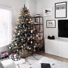 Modern Christmas Table - Homey Oh My Minimal Christmas, Modern Christmas, 12 Days Of Christmas, Simple Christmas, Christmas Photos, Christmas Home, Christmas Trees, Christmas Foods, Merry Christmas
