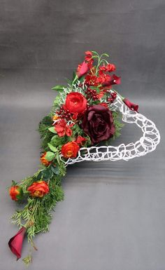 Grave Decorations, Valentine Decorations, Modern Floral Arrangements, Flower Arrangements, Vence, Valentines Flowers, Funeral Flowers, Ikebana, Christmas Wedding