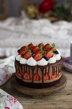 Chocolate Mousse Cake with Strawberries Layered Desserts, Sweet Desserts, Yummy Treats, Sweet Treats, Fresh Cake, Chocolate Mousse Cake, Chocolate Blanco, Strawberry Cakes, Chocolate Strawberries