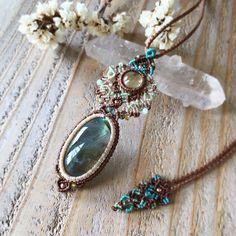 Macrame Jewelry MANOさんはInstagramを利用しています:「✴︎ ラブラドライト×レモンクォーツマクラメコンビネーションペンダント ✴︎ 艶々に輝くシラーのハッキリしたラブラドライトとクリアーなイエローのまんまるが可愛いスリランカ産レモンクォーツの出逢い♪…」