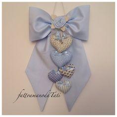Fiocco nascita in piquet di cotone azzurro con cuori e rosa azzurra, by fattoamanodaTati, su misshobby.com