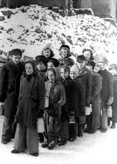 Eine warme Mahlzeit für die Kleinsten: Geduldig stehen diese Kinder 1947 in der Kälte, um sich ihre Essensration abzuholen. Die (je nach Besatzungszone zu unterschiedlichen Zeitpunkten eingeführten) Schulspeisungen waren gerade für kinderreiche Familien eine enorme Erleichterung. Für die Drei- bis Sechsjährigen gab es in der britischen Zone, in Berlin und Österreich die sogenannte Schwedenspeisung, organisiert durch das Schwedische Rote Kreuz und die schwedische Kinderhilfsorganisation Rädda Bar Ap World History, Art History, Total War, D Day, World War Two, Wwii, Vintage Photos, Germany, Historia