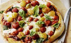 Fare la pizza in casa è davvero facile e veloce e non richiede particolari capacità: bastano pochi e semplici ingredienti (acqua, farina, olio e lievito) e in soli 15 minuti l'impasto è fatto.